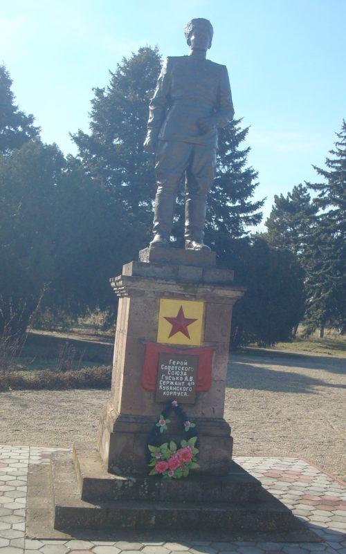ст-ца. Новоминская Каневского р-на. Памятник Герою Советского Союза А.В. Гусько, установленный по улице Черноморской 47б.