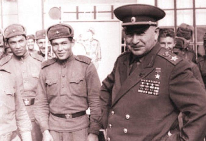 Баграмян с молодыми солдатами. 1959 г.