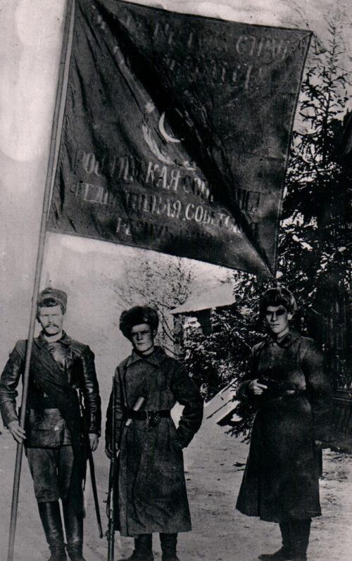Голиков (в центре) ассистент знаменоносца. 1918 г.