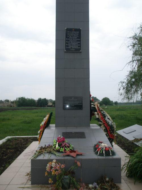 х. Поды Брюховецкого р-на. Памятник у клуба, установленный на братской могиле советских воинов.