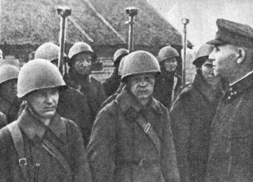 И.С. Конев с бойцами пополнения. Калининский фронт. Январь 1942 г.