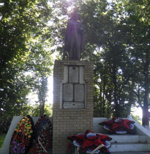 с. Свободное Брюховецкого р-на. Памятник землякам, установленный по улице Пролетарской.