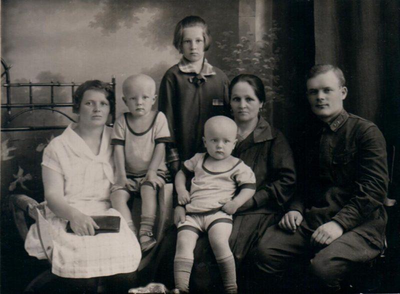 Голиков с семьей. 1928 г.