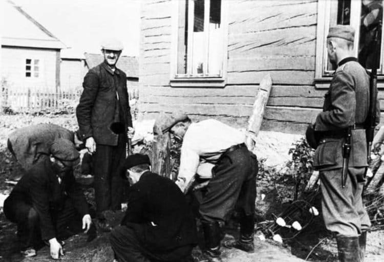 Литовские евреи под немецким надзором на работе. 28 июня 1943 г.