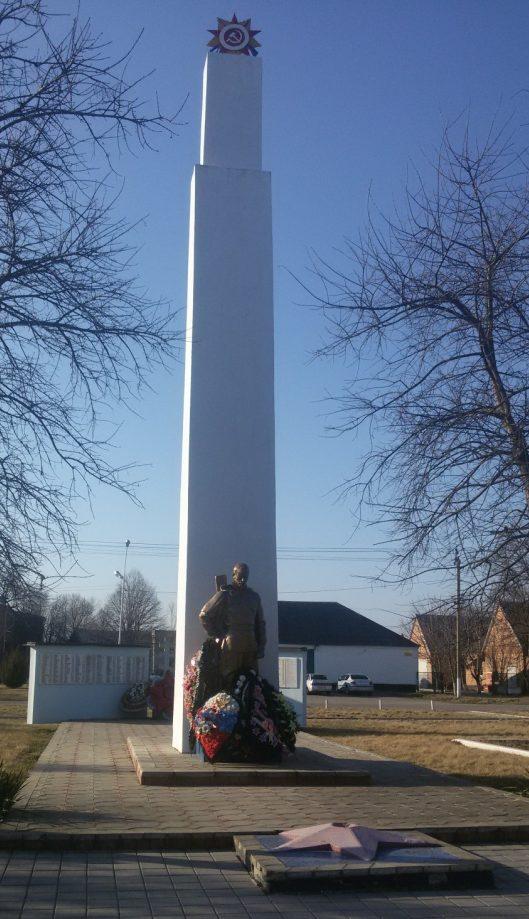 ст-ца. Челбасская Каневского р-на. Памятник по улице Коминтерна 50а, установленный на братской могиле советских воинов, и обелиск землякам, погибшим в годы Великой Отечественной войны.