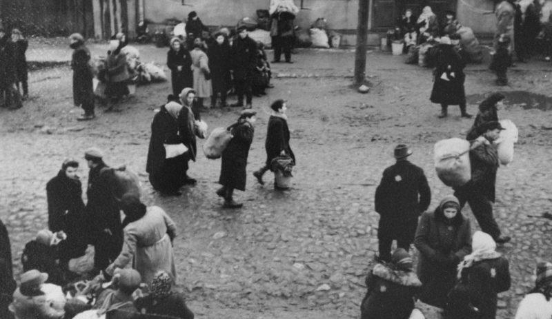 Евреи, несущие узлы с пожитками, перед депортацией из Каунасского гетто. Октябрь 1943 г.
