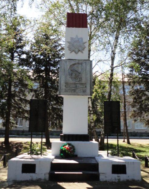 п. Степной Курганинского р-на. Памятник у средней школы №17, установленный на братской могиле советских воинов.