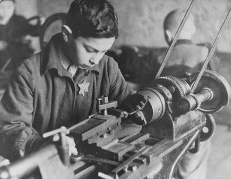 Еврейский мальчик во время принудительных работ на фабрике в гетто. Каунас, 1943 г.