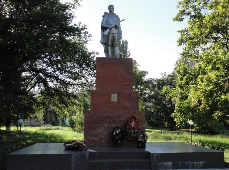 ст-ца. Темиргоевская Курганинского р-на. Памятник, установленный на братской могиле советских воинов, погибших в боях с фашистскими захватчиками.