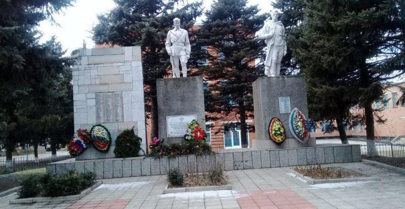 х. Бураковский Кореновского р-на. Памятник по улице Горького, установленный на братской могиле советских воинов.