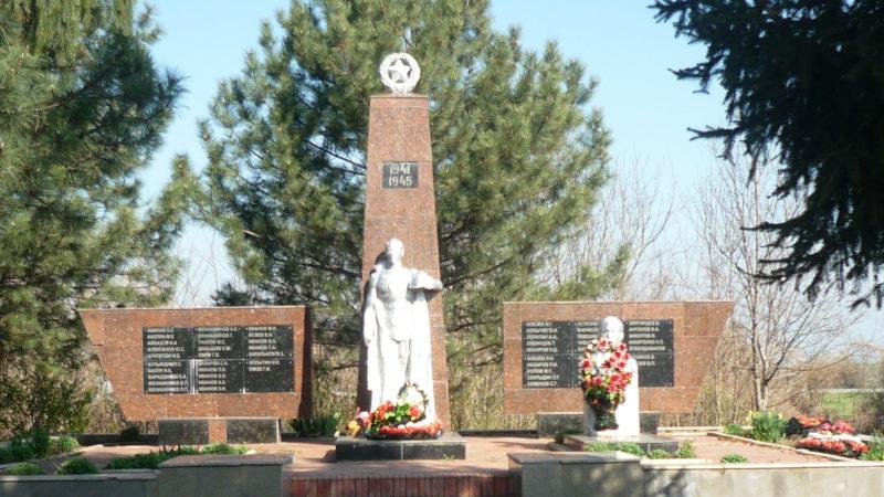 с. Урмия Курганинского р-на. Памятник на могиле летчика И.Н. Кондакова.