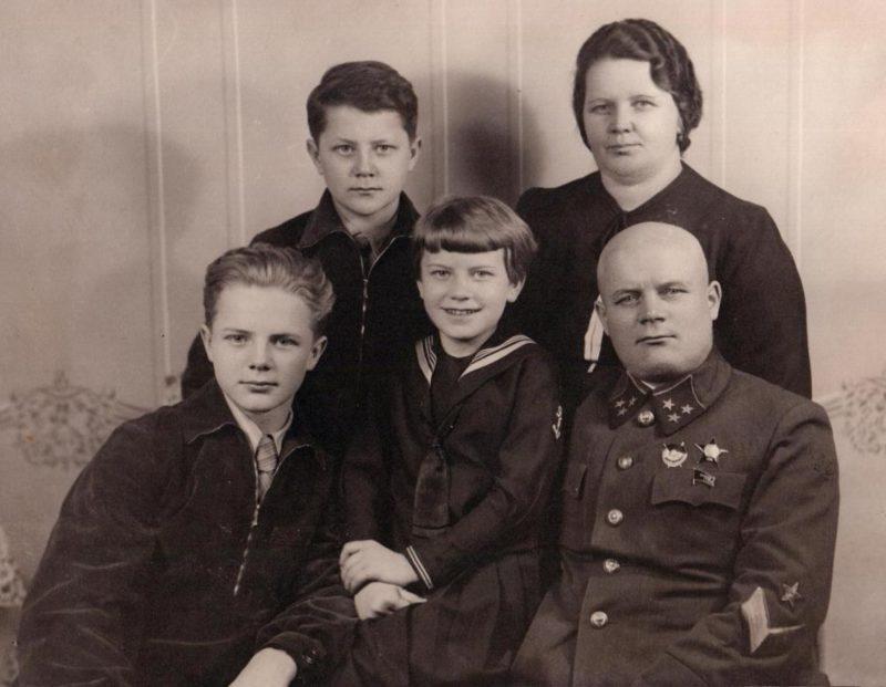 Голиков с женой и детьми. 1940 г.