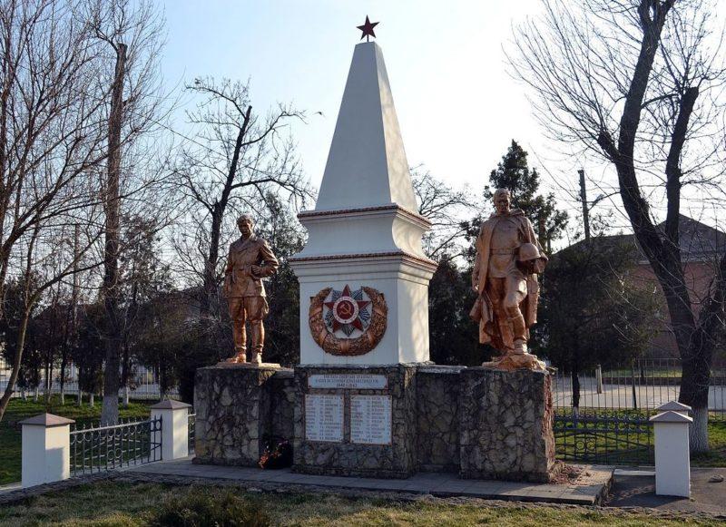 г. Краснодар, ст-ца. Елизаветинская. Памятник по улице Ленина, установленный на братской могиле партизан, погибших в бою с фашистскими захватчиками.