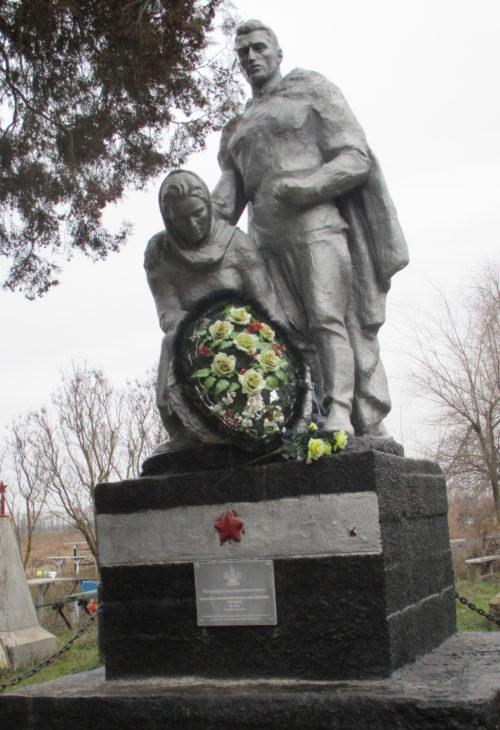 с. Братское Кущёвского р-на. Памятник, установленный на братской могиле советских воинов.