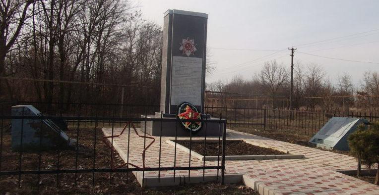 х. Солодковский Славянского р-на. Памятник по улице Красной 24а, установленный на братской могиле, в которой похоронено 96 советских воинов.