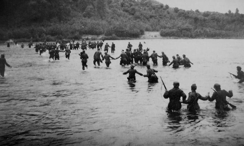 Немецкие солдаты выходят с окружения под Вильнюсом. Июль 1944 г.