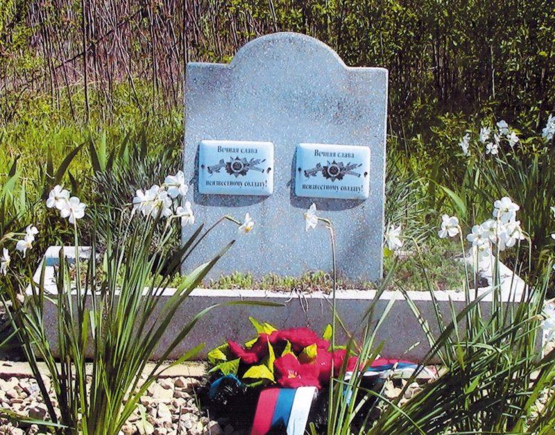 ст-ца. Журавская Кореновского р-на. Памятник, установленный на братской могиле, в которой похоронено 2 советских летчика.