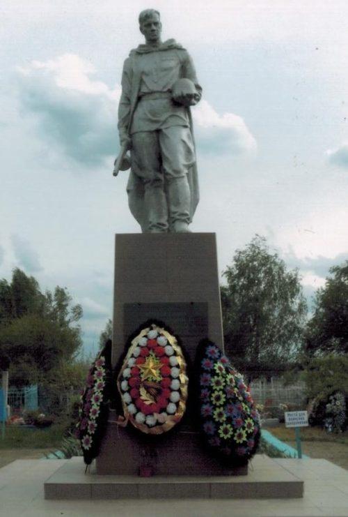 х. Журавский Кореновского р-на. Памятник по улице Южной 65, установленный на братской могиле советских воинов.