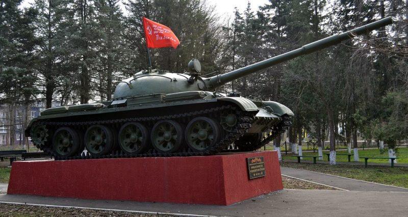 г. Краснодар, п. Колосистый. Танк-памятник Т-62 воинам-танкистам, освободителям Кубани, установленный в 2015 году.