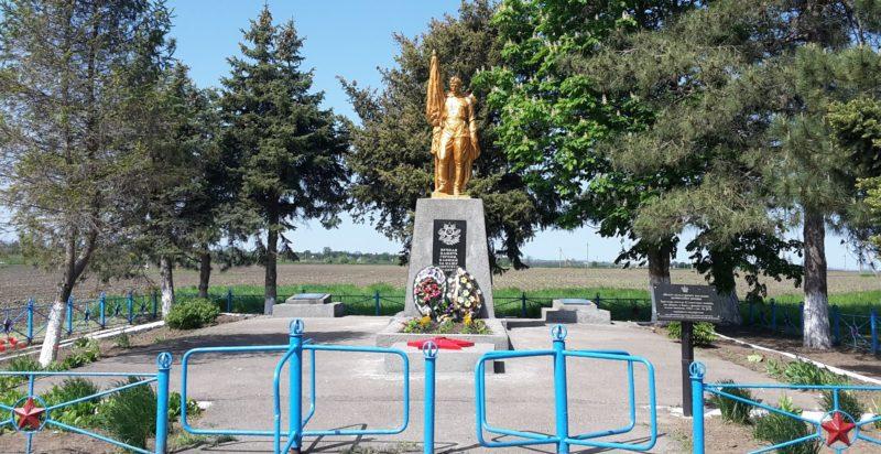 х. Ханьков Славянского р-на. Памятник, установленный на братской могиле, в которой похоронено 52 советских воина.