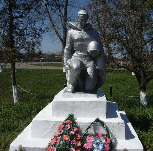 х. Казаче-Малеваный Кореновского р-на. Памятник воинам-освободителям по улице Лунева 63.