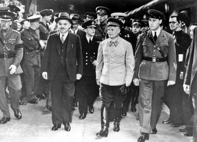 Посол СССР в Великобритании Майский И.М. (в шляпе) и генерал-лейтенант Голиков Ф.И. (в светлом кителе). Лондон, январь 1941 г.