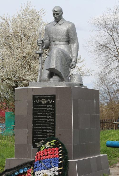 ст-ца Выселки. Памятник на кладбище, установленный на братской могиле советских воинов.