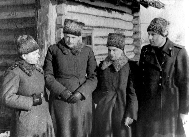 Командующий 65-й армией Батов П. И., командующий Донским фронтом Рокоссовский К. К., командующие артиллерией Казаков В. И. и Воронов Н. Н. 1942 г.