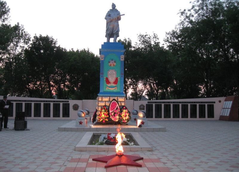 ст-ца. Черноерковская Славянского р-на. Памятник по улице Ленина 1, установленный на братской могиле, в которой похоронено 678 советских воинов.