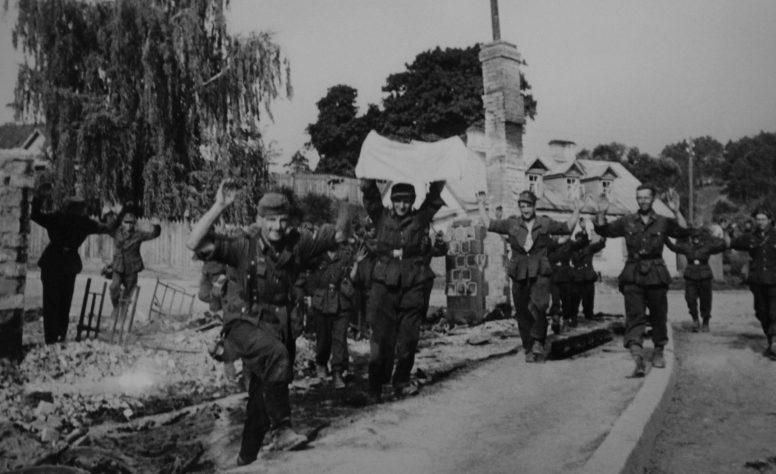 Немецкие солдаты сдаются в плен. Июль 1944 г.
