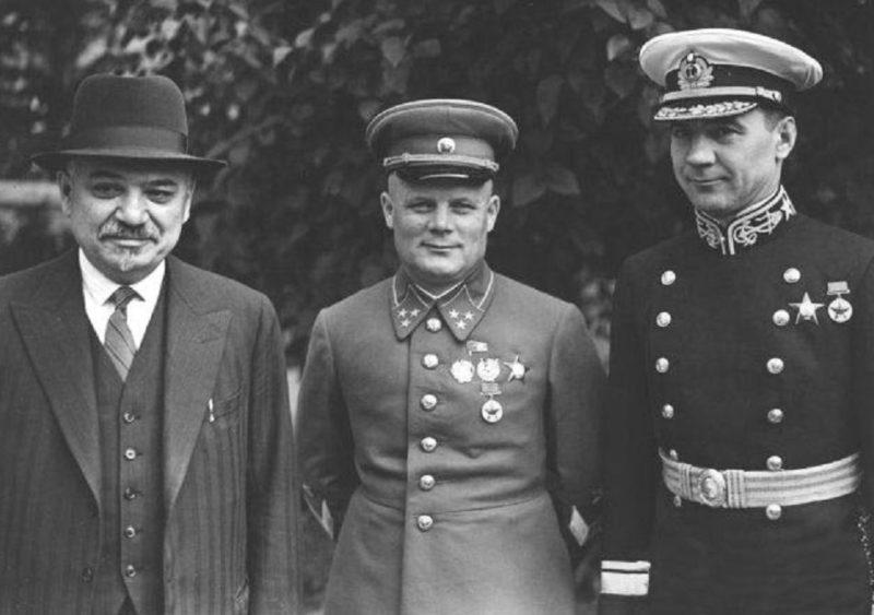 Посол СССР в Великобритании Майский И.М., генерал-лейтенант Голиков Ф.И. и контр-адмирал Харламов Н.М. Лондон, январь 1941 г.