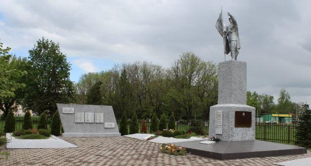 г. Кореновск. Памятник по улице Матросова 11, установленный на братской могиле советских воинов.