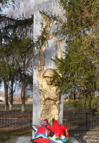 п. Коммунар Кущёвского р-на. Памятник землякам по улице Мира 1.