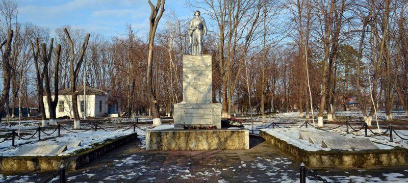г. Краснодар, ст-ца Старокорсунская. Памятник, установленный на братской могиле, в которой похоронено 807 советских воинов, погибших в годы войны.