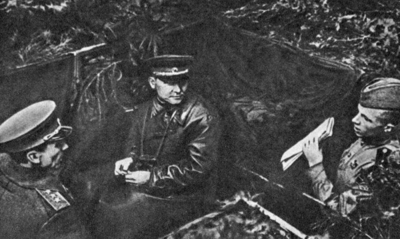 И.С. Конев на наблюдательном пункте К.С. Москаленко (слева). Сентябрь 1944 г.