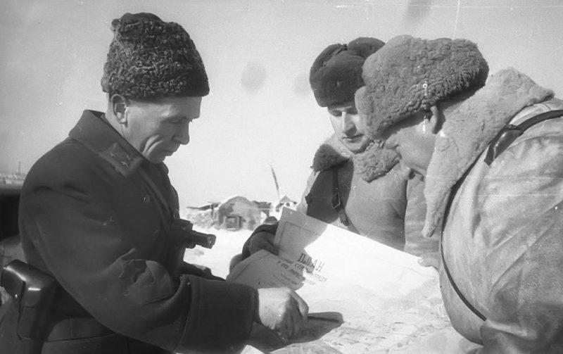Командующий 65-й армией Донского фронта генерал-лейтенант П. И. Батов в районе Сталинграда. 1942 г.