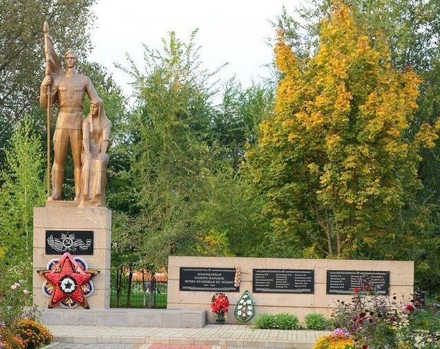 п. Новоберезанский Кореновского р-на. Памятник землякам, установленный по улице Центральной 10а.