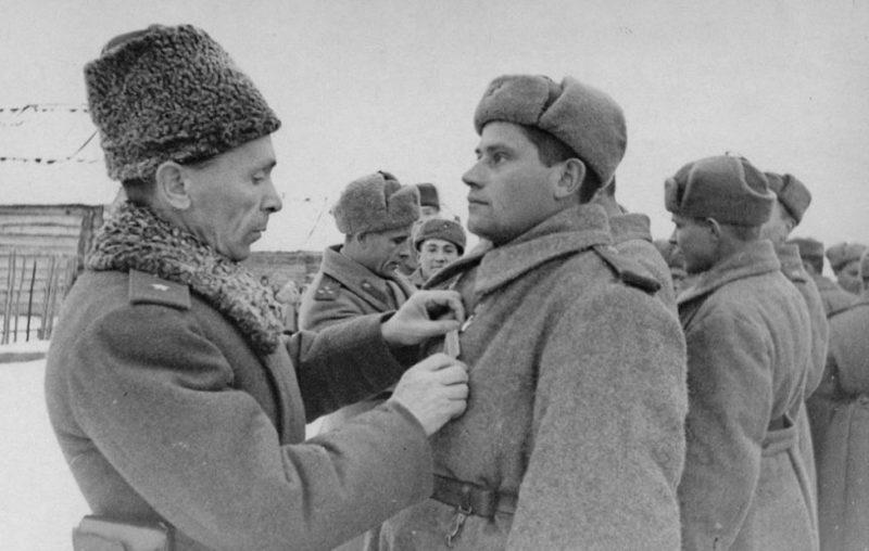 Батов награждает бойцов. 1943 г.