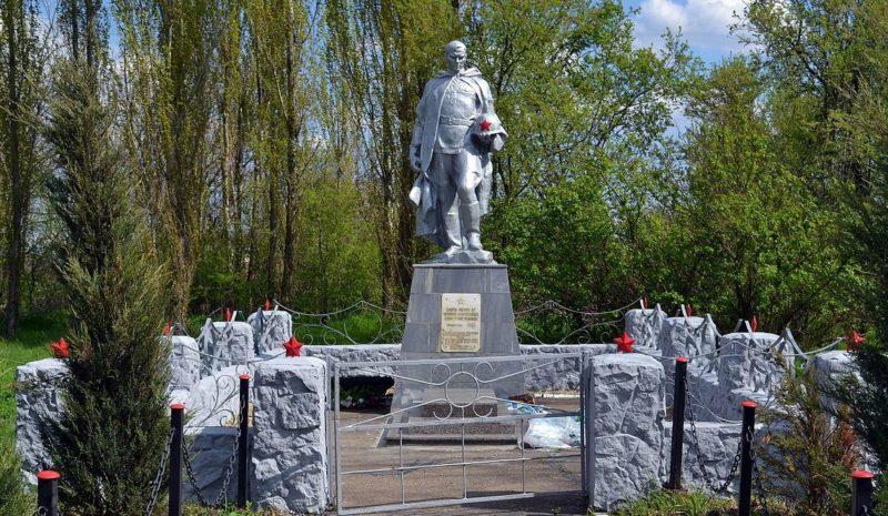 г. Краснодар. х. Восточный.центр. Памятник, установленный на братской могиле, в которой похоронено 67 советских воинов.