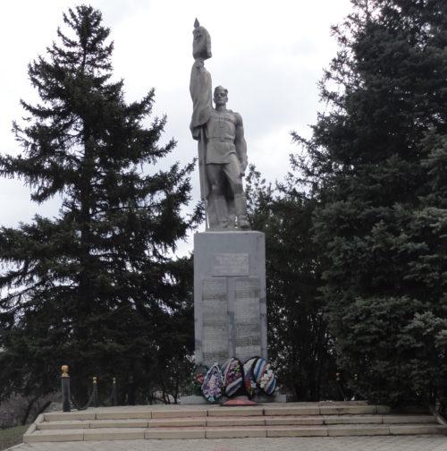 с. Красное Кущёвского р-на. Памятник землякам по улице Мичурина 9а.
