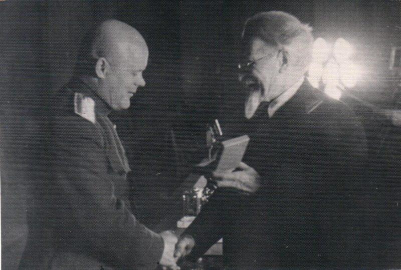 Калинин вручает награду Голикову. 1944 г.