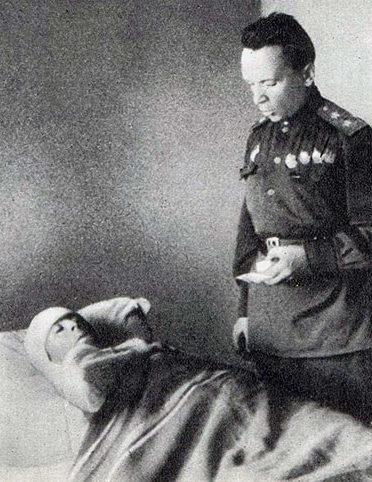 Командующий 65-й армией генерал-лейтенант П.И. Батов вручает орден раненому воину. 1943 г.