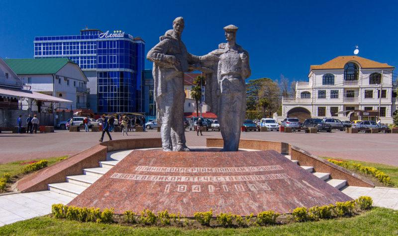 г. Сочи Адлерский р-н. Памятник землякам, установленный на правом берегу р. Мзымты.