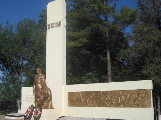 ст-ца. Ирклиевская Выселковского р-на. Памятник, установленный на братской могиле воинов и мирных жителей, погибших в годы гражданской и Великой Отечественной войн.