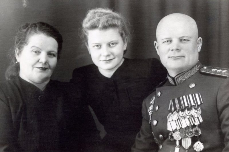 Голиков с женой и дочерью. 1949 г.