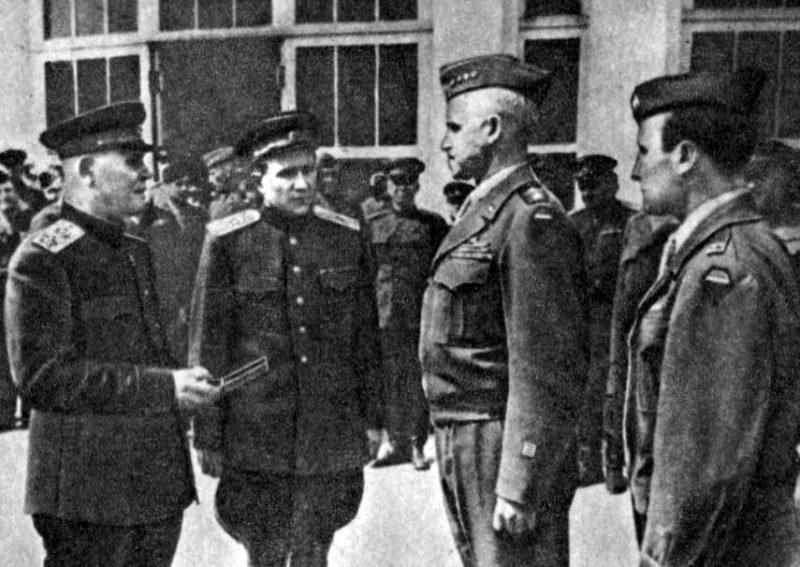 И.С. Конев вручает орден Суворова О. Брэдли. Май 1945 г.