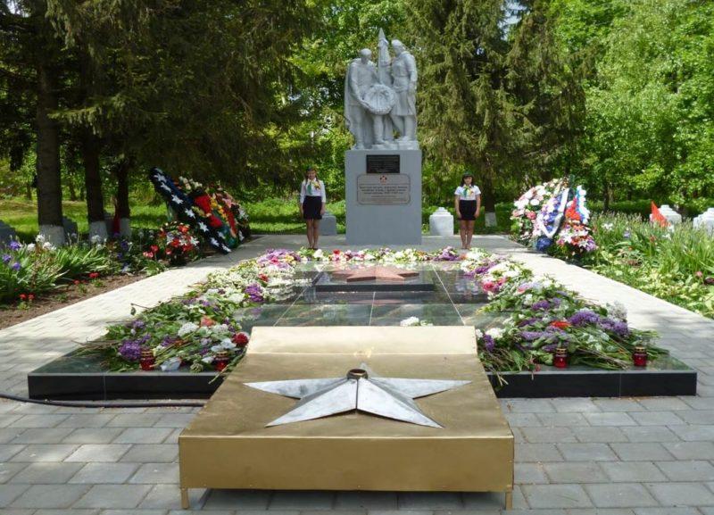 х. Пролетарский Кореновского р-на. Памятник по улице Юбилейной, установленный на братской могиле советских воинов.