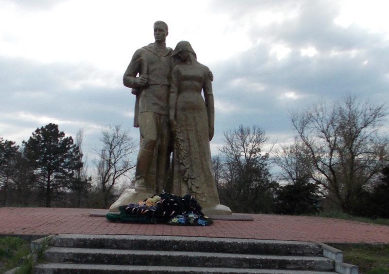 ст-ца. Новобейсугская Выселковского р-на. Памятник, установленный на братской могиле воинов, погибших в годы гражданской и Великой Отечественной войн.