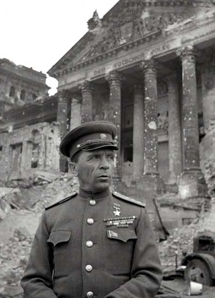 Командующий 65-й армией Батов у поверженного рейхстага. 1945 г.