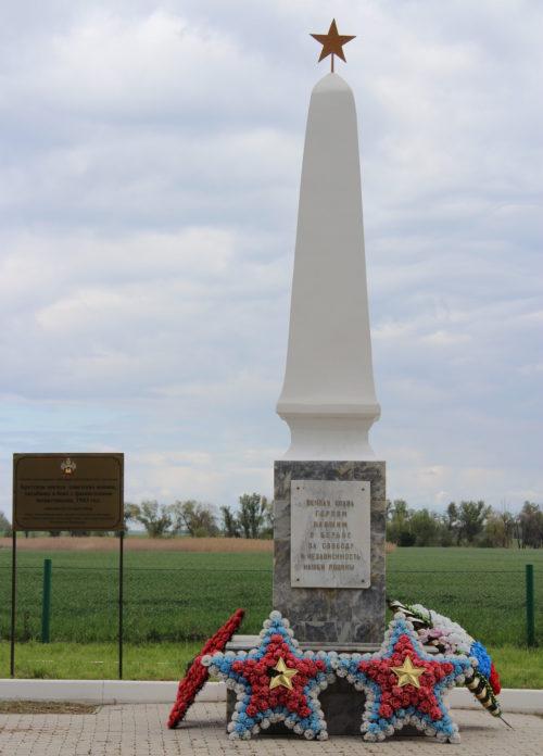 п. Южный Кореновского р-на. Памятник, установленный на братской могиле советских воинов.